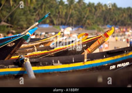 Bunte hölzerne Fischerboote in schönen Nachmittag Licht auf Palolem Beach, Goa im Süden von Indien. - Stockfoto
