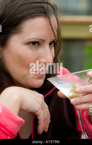 Frau Alter 38 sicherlich genießen ihre Martini. St Paul Minnesota USA - Stockfoto