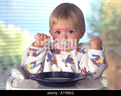 Kleines Mädchen alleine essen - Stockfoto