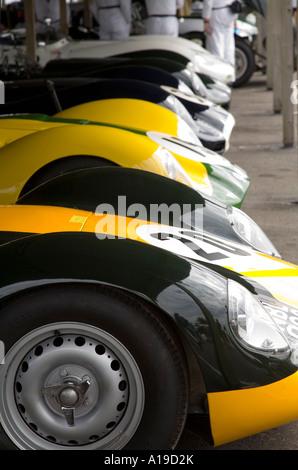 Eine Reihe von Lister Jaguare im Fahrerlager am Goodwood Revival, Sussex, England. - Stockfoto
