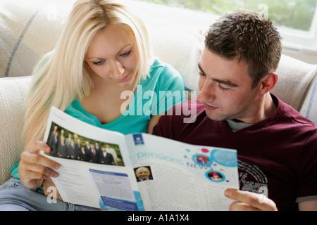 Paar an eine Rentenversicherung suchen - Stockfoto