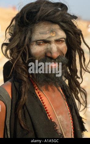 Badrinath Knochen ein Aghori Sadhu tragen Mensch durch Sangam, Maha Kumbh Mela 2001, Allahabad, Uttar Pradesh, Indien - Stockfoto