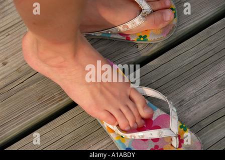 Mädchen tragen bunte flip Flops Sommerstrand - Stockfoto