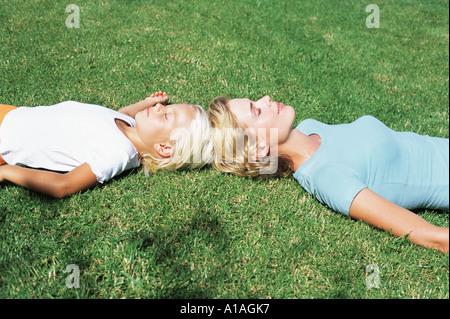 junges m dchen schlafend auf einer wiese stockfoto bild 25467081 alamy. Black Bedroom Furniture Sets. Home Design Ideas
