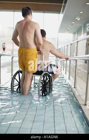 Zwei Männer betreten Schwimmbad - Stockfoto