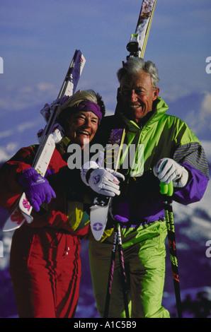 Älteres Paar mit Skiern - Stockfoto