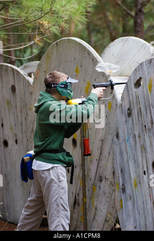 Teenager Jugend ein Speedball-Version von Paint Ball spielen - Stockfoto