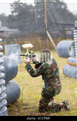 Teenaged Jugend ein Speedball-Version von Paint Ball spielen - Stockfoto