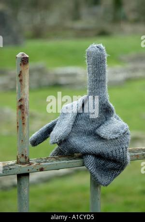 Verlorenen Handschuh auf Geländer Lifestyle-Wales - Stockfoto