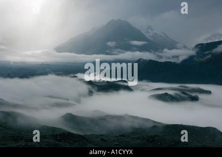 Ein Sturm zieht erstellen Nebel zwischen den Eisbergen des Gletschersees Tasman im Mount Cook National Park, Neuseeland - Stockfoto
