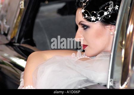 Junge Braut in einem Auto - Stockfoto