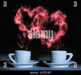 Valentinstag zwei Tassen Kaffee mit einer romantischen herzförmigen Dampf - Stockfoto