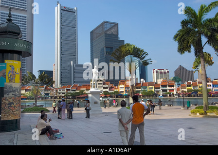 Boat Quay Singapur Statue Sir Stamford Raffles am Fluss Fluss Seite Landing Site Sehenswürdigkeit tourist - Stockfoto