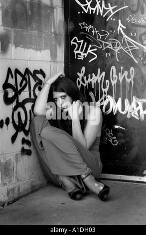 Mädchen in einer Gasse aufgegeben - Stockfoto