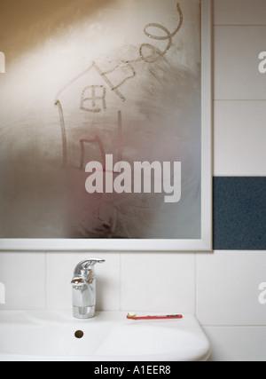 Haus In Kondensation Am Badezimmerspiegel Gezeichnet   Stockfoto
