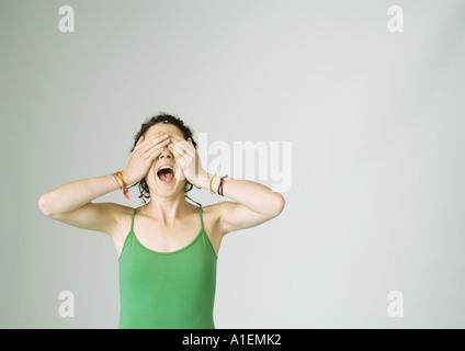 Junge Frau schreien und Augen bedecken - Stockfoto