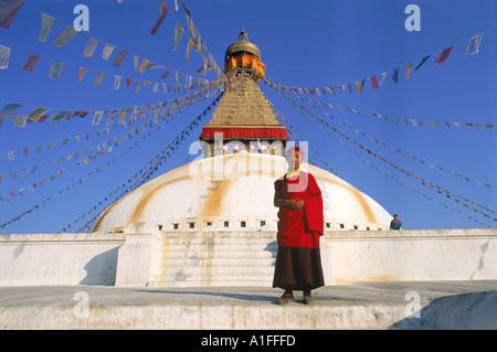 Buddhistischer Mönch vor die größte Stupa in Nepal am Bodhnath Kathmandu Nepal Asien G Hellier - Stockfoto
