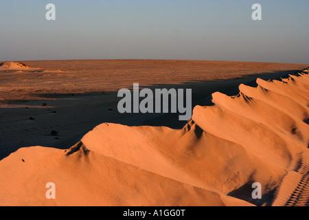 Die rote Abendsonne bietet ein warmes Glühen zu den Sanddünen in der Nähe von Corralejo im Norden von Fuerteventura. - Stockfoto