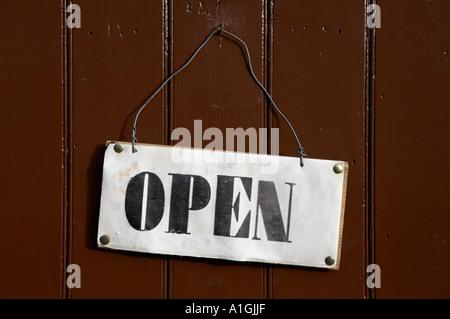"""Schild """"geöffnet"""" fixiert auf eine bemalte Holztür Blist Hügel viktorianischen Museum Shropshire England uk - Stockfoto"""