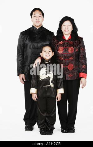 Porträt einer Mutter mit ihren beiden Söhnen lächelnd stehen - Stockfoto