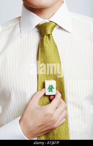 Mitte Schnittansicht eines Geschäftsmannes hält einen Würfel aus Marmor - Stockfoto