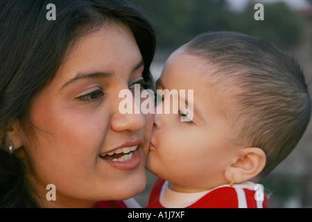 SSK76354 südasiatischen indische Mädchen küssen ihre Mutter Modell Relase Nos 592 593 - Stockfoto