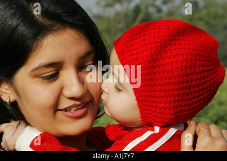 SSK76356 südasiatischen indische Mädchen versucht, ihre Mutter Model Release Nos 592 593 küssen - Stockfoto