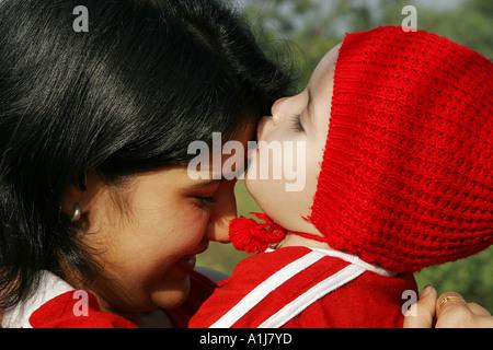 Baby Mädchen Kind küssen Mutter auf ihre Stirn - Modell Release Nos 592&593 - Stockfoto