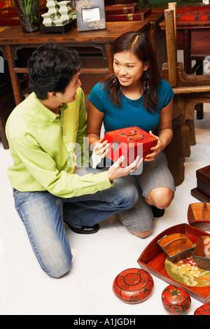 Erhöhte Ansicht eines jungen Paares, die Ware in einem Geschäft auswählen - Stockfoto