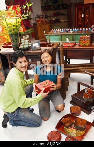 Porträt eines jungen Paares, die Ware in einem Geschäft auswählen - Stockfoto