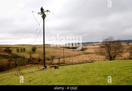 Techniker installieren Stromleitungen zum Nedd Tal in der Nähe von Ystradfellte Powys Wales UK - Stockfoto