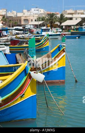 Typische Fischerboote oder Luzzus im Hafen von Marsaxlokk, Malta - Stockfoto