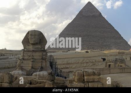 Die Sphinx bewacht der großen Pyramide auf dem Gizeh-Plateau außerhalb von Kairo, Ägypten - Stockfoto