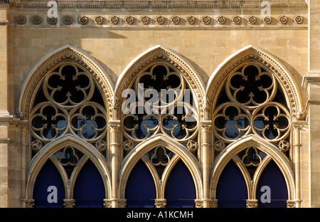 Gotische Fensterbögen, Rathaus, Wien, Österreich - Stockfoto