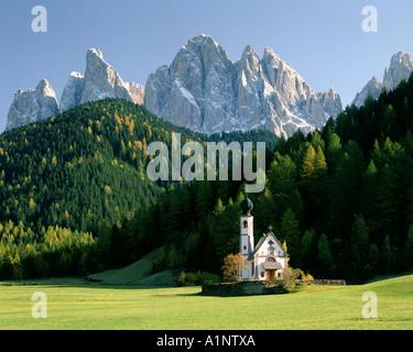 ES - TRENTINO St. Johann in Ranui im Villnöss Tal oder Val di Funes - Stockfoto