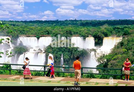 Besucher-Plattform mit Blick auf die argentinische Seite der Iguazu-Wasserfälle, Nationalpark Iguazu, Paraná, Brasilien, - Stockfoto