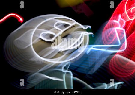 Eine verschwommene Leuchtreklame eine Runde Spitze Mann zeigte mit einer Antenne auf den Kopf - Stockfoto
