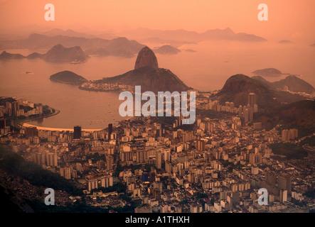 Blick vom Corcovado, Blick Richtung Zuckerhut und die Guanabara-Bucht, Rio de Janeiro, Rio de Janeiro, Brasilien, - Stockfoto