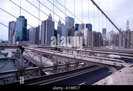Blick auf Manhatten aus Brooklyn Bridge in New York - Stockfoto