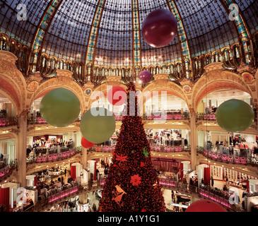 """Weihnachts-Dekoration in den """"Galeries Lafayette"""", Paris, Frankreich. - Stockfoto"""