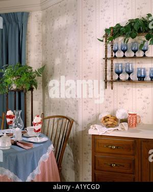 ... Küche Ecke Esstisch Set Für Zwei Essen Trinken Vorhänge Salat Dessert  Zimmer Innen Tapete Essküche