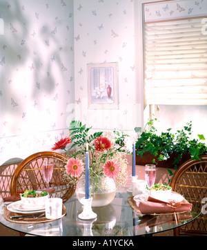 Lieblich ... Küche Ecke Esstisch Set Für Zwei Essen Trinken Korbwaren Stühle Kerzen  Gardinen Salat Zimmer Innen Tapete
