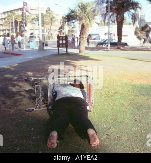 obdachlose frau schl ft mit shopping cart besitzungen santa monica kalifornien stockfoto bild. Black Bedroom Furniture Sets. Home Design Ideas