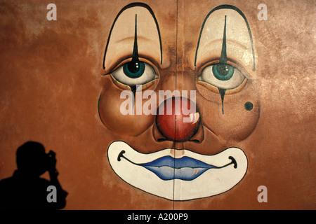 Clown Gesicht rote Nase auf Wand Fotograf Schatten unten links - Stockfoto