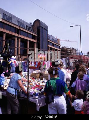 Kai Sonntagsmarkt am Osten Kai, mit Newcastle Law Courts, Newcastle Upon Tyne, Tyne and Wear, England, UK. - Stockfoto