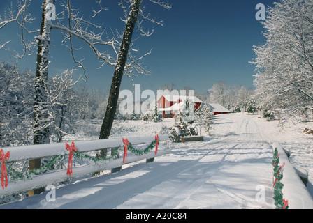 hölzerne gefärbten roten Landhaus im Schnee mit Brücke dekoriert für Weihnachten Missouri USA Amerika - Stockfoto
