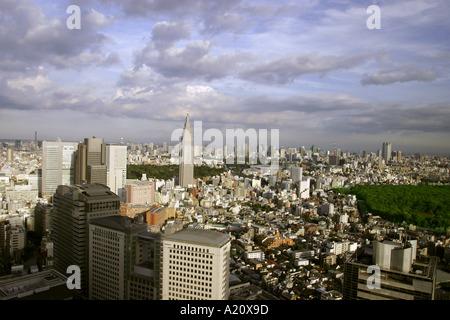Bürogebäude in der Wolkenkratzerviertel Shinjuku, Tokio, Japan. Die NTT DoCoMo Nick namens Empire State building - Stockfoto