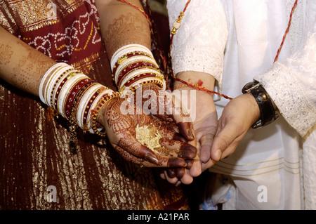 South Asian indische Braut und Bräutigam mit Reis in städtischen Trauung Indien - Stockfoto
