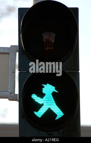 Die einzigartige grüne Fußgänger Ampel liebevoll bekannt als die Ampelmann in Ost-Berlin - Stockfoto