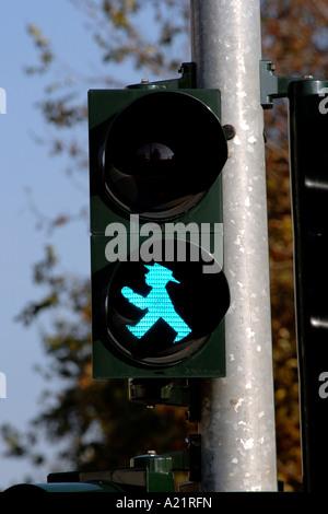 Die einzigartige grüne Fußgänger Ampel liebevoll bekannt als die Ampelmann in Ost-Berlin. - Stockfoto